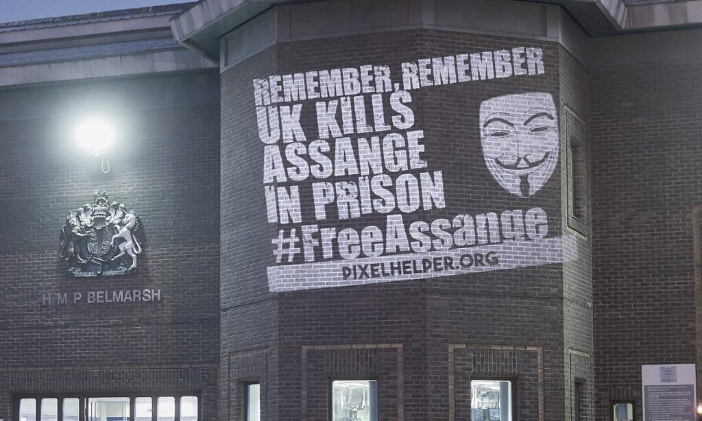 Lichtinstallation für Assange an den Mauern des Hochsicherheitsgefängnisses HMP Belmarsh  vom Frühjahr 2020 (c) Pixelhelper, Dirk-Martin Heinzelmann